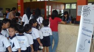anak-anak antri untuk mengeposkan surat
